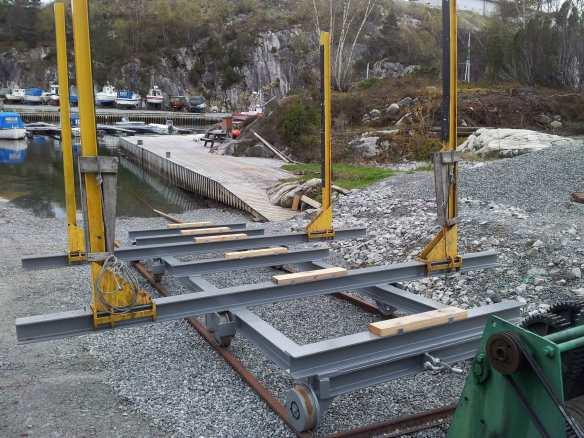 Etter iherdig dugnadsarbeid er den nye slippvogna på plass. Litt prøvekjøring, og vi er klar til å slippe båter opp til 40 fot.    (Foto: Karl J. Risvold)